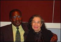 Albert Konan-Koffi avec Madame SHERLEY, une grande Dame de Paix  qui soutient les Communes des Nations pour la Paix.